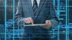 Kod- och teknologimanöverenhet med affärsmannen som använder minnestavlan arkivfilmer
