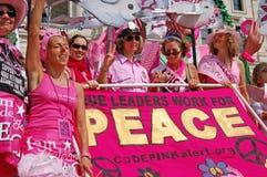 kodad rosa personer som protesterar Fotografering för Bildbyråer
