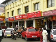 Kodaikanal, Tamil Nadu, Indien - Juni 13, 2010 färgrik diversehandel och shoppar på Anna Salai Royaltyfria Bilder