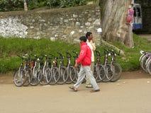 Kodaikanal Tamil Nadu, Indien - Juni 11, 2010 personer som går nära cyklarna på Kodaikanal sjön Arkivbild