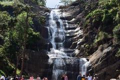 Kodaikanal, Tamilnadu, India: 21 april, 2014 - Zilveren Cascadedalingen stock afbeeldingen