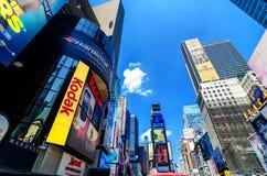 Kodak assina e quadros de avisos do Times Square ao longo de Broadway. Imagens de Stock