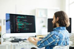 Kodierer, der Computer-Software schafft stockfotografie