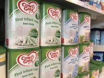 Koe & van de Poortzuigeling melk op planken van een supermarkt stock afbeeldingen