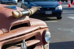 Koehoornen op de voorzijde van een oude vrachtwagen Royalty-vrije Stock Foto
