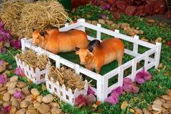 Koeien ceramisch stuk speelgoed in een landbouwbedrijf Stock Afbeeldingen