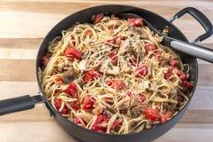 Koekepanhoogtepunt van kip, basilicum en tomatenlinguine Royalty-vrije Stock Afbeeldingen