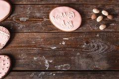 Koekje met het teken van de huwelijksdag op houten vrije ruimte Royalty-vrije Stock Afbeelding