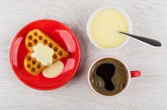 Koekje met melk, zwarte koffie, kom met condens, lepel royalty-vrije stock foto's