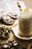 Koekje met milkshake op houten achtergrond Stock Afbeelding