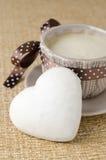 Koekje met suikerglazuur in de vorm van hart en een kop van koffie, sele Stock Fotografie