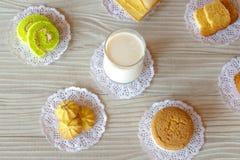Koekje van het de Cakebroodje van het melk het Boterbrood en Cupcake-Knoflookbrood op Witte Houten Lijst royalty-vrije stock afbeelding