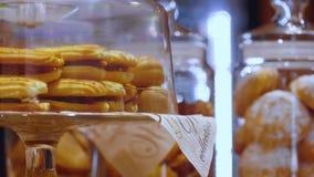 Koekjes in de bakkerij Vers bakkerijproducten Koekjes in de oven worden gebakken die Sluit omhoog geschoten stock video
