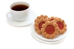 Koekjes in de vorm van een bloem met een kop van koffie Stock Foto's