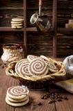 Koekjes in de vorm van een spiraal op een houten lijst stock fotografie