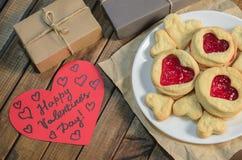 Koekjes in de vorm van harten en giften de dag van Valentine ` s royalty-vrije stock foto's