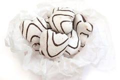 Koekjes in de vorm van harten met witte en donkere chocolade Stock Foto's