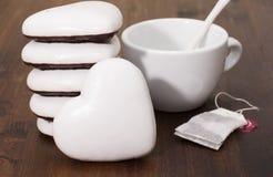 Koekjes in de vorm van harten in witte en donkere chocolade en a Stock Afbeelding