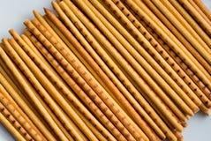 Koekjes in de vorm van lang dun stro van geel en bruin col. stock afbeelding