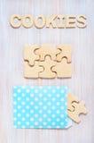 Koekjes in de vorm van raadsels en brieven op de lijst Royalty-vrije Stock Afbeelding