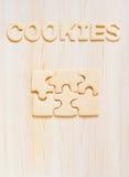 Koekjes in de vorm van raadsels en brieven op de lijst Stock Foto's