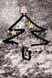Koekjes in de vorm van sterren en Kerstbomen Stock Afbeelding