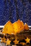 Koekjes in de vorm van sterren en Kerstbomen Stock Foto's