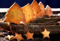 Koekjes in de vorm van sterren en Kerstbomen Stock Afbeeldingen