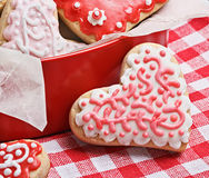 Koekjes in een doos in de vorm van gebakken harten voor de dag van Valentine Royalty-vrije Stock Fotografie