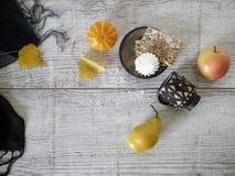 Koekjes, een kop, een pompoen, een peer en een appel, een decoratieve seizoengebonden de herfstsamenstelling royalty-vrije stock foto's
