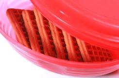 Koekjes in een roze snack plastic doos met GLB stock afbeeldingen