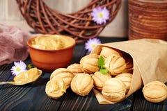 Koekjes in een vorm van noten met condensroom het vullen Stock Afbeelding