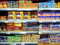 Koekjes en crackers in een kruidenierswinkel worden verkocht die royalty-vrije stock afbeeldingen