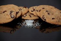 Koekjes en de Plons van de Melk Stock Foto's
