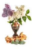 Koekjes en fruitsuikergoed dichtbij aan een vaas met een sering Royalty-vrije Stock Fotografie