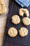 Koekjes en het servet van het gluten de vrije eigengemaakte havermeel bij het koelen van rek Royalty-vrije Stock Foto