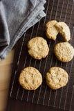 Koekjes en het servet van het gluten de vrije eigengemaakte havermeel bij het koelen van rek Stock Afbeeldingen