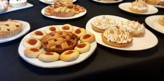 Koekjes en kleine cakes Royalty-vrije Stock Afbeeldingen