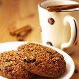 Koekjes en koffie met kaneel royalty-vrije stock afbeelding