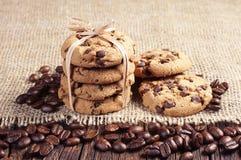Koekjes en koffiebonen stock fotografie