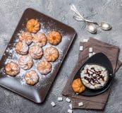 koekjes en kop van hete koffie Royalty-vrije Stock Afbeeldingen