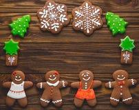 Koekjes en kruiden van de Kerstmis de de eigengemaakte peperkoek op houten stock foto