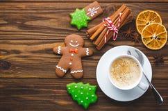 Koekjes en kruiden van de Kerstmis de de eigengemaakte peperkoek op houten stock foto's