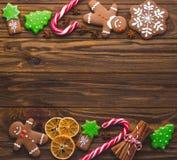 Koekjes en kruiden van de Kerstmis de de eigengemaakte peperkoek op houten royalty-vrije stock afbeeldingen