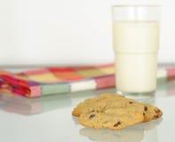 Koekjes en Melk Stock Afbeeldingen