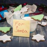 Koekjes en Melk voor Kerstman Stock Foto's