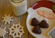 Koekjes en Melk voor Kerstman Stock Afbeelding