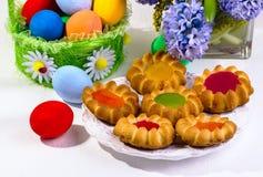 Koekjes en multi-colored eieren Stock Foto