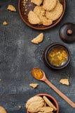 Koekjes en oranje jam op donkere achtergrond, exemplaarruimte Stock Foto's