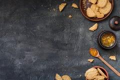 Koekjes en oranje jam op donkere achtergrond, exemplaarruimte Stock Foto